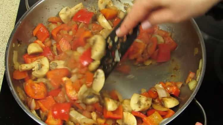 Для приготовления драников обжарьте овощи