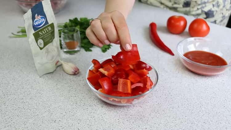 Для приготовления драников нарежьте перец