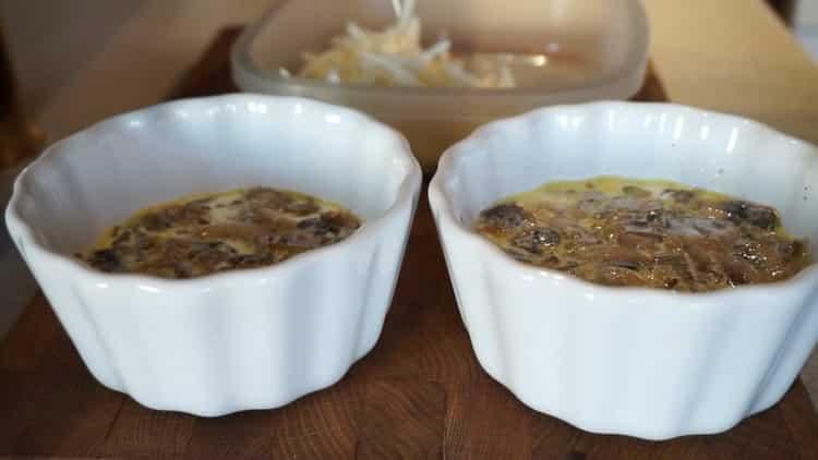 Для приготовления блюда добавьте сливки