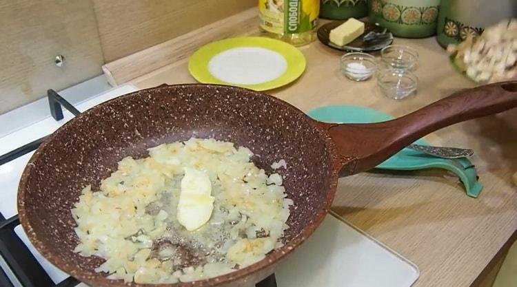 Для приготовления жульена добавьте в лук масло