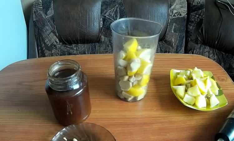 Для приготовления смеси нарежьте лимон