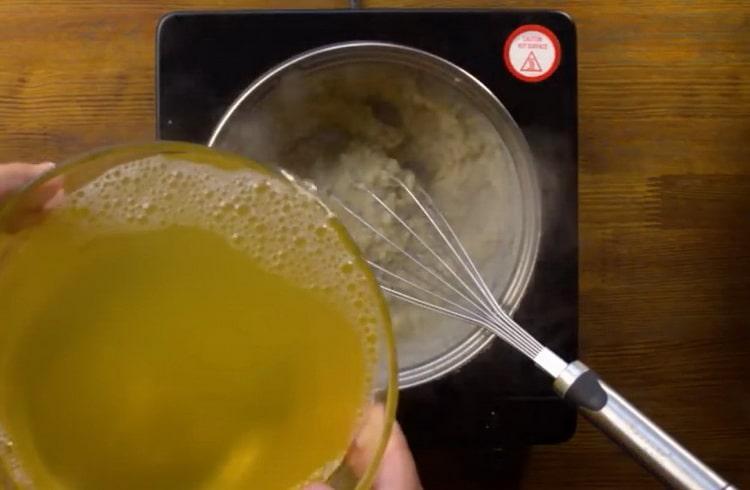 Для приготовления блюда добавьте бульон