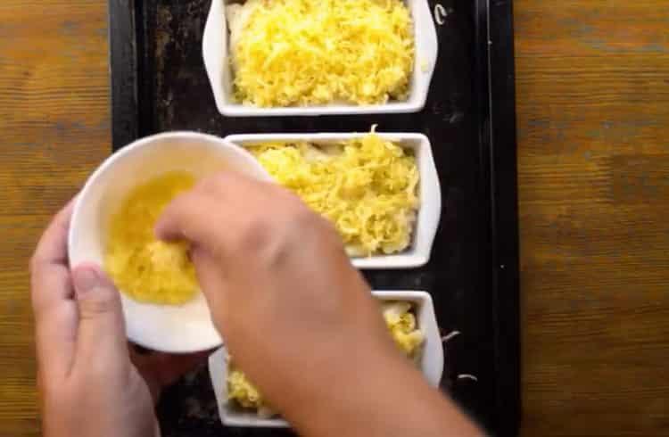 Для приготовления блюда натрите сыр