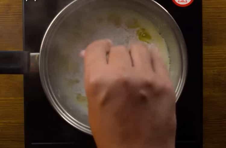 Для приготовления блюда добавьте муку