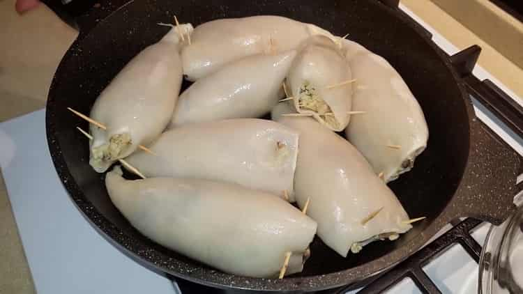 Для приготовления блюда нафаршируйте кальмаров