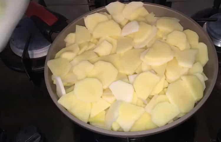 Для приготовления блюда обжарьте картофель