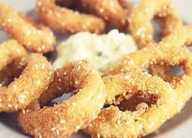 Кольца кальмаров в кляре со сметанным соусом — рецепт вкусной закуски за 10 минут 🦑
