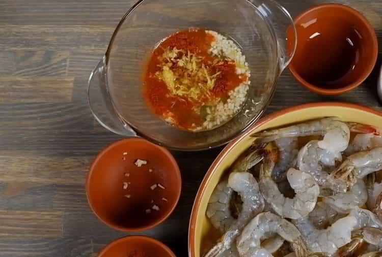 Для приготовления креветок в духовке подготовьте ингредиенты