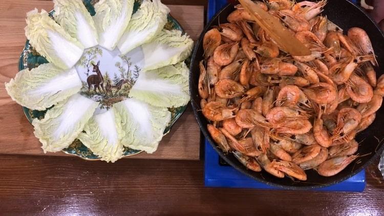 Жареные креветки в соевом соусе с чесноком по пошаговому рецепту с фото