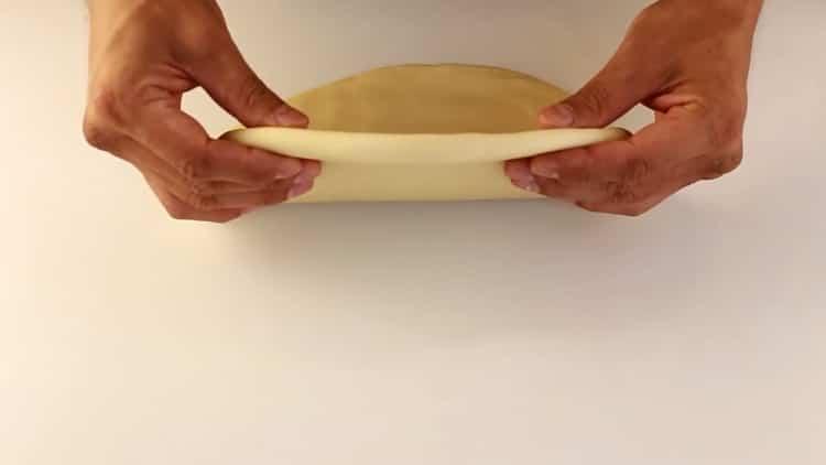 Для приготовления лапши для лагмана раскатайте тесто