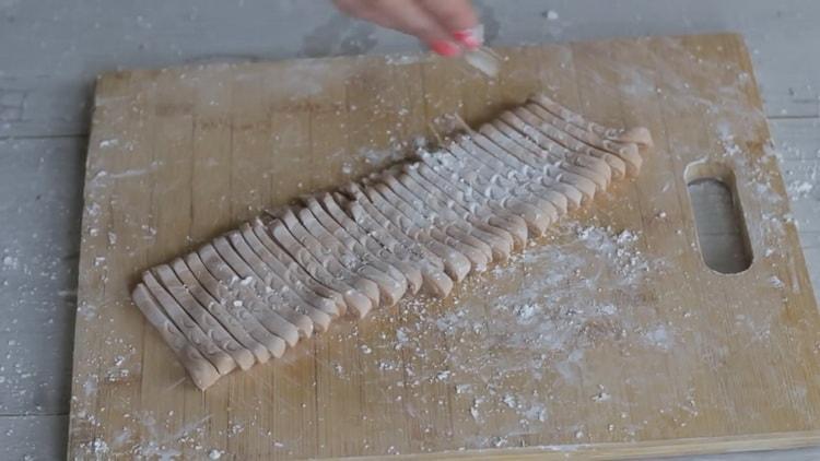 Для приготовления лапши удон нарежьте тесто