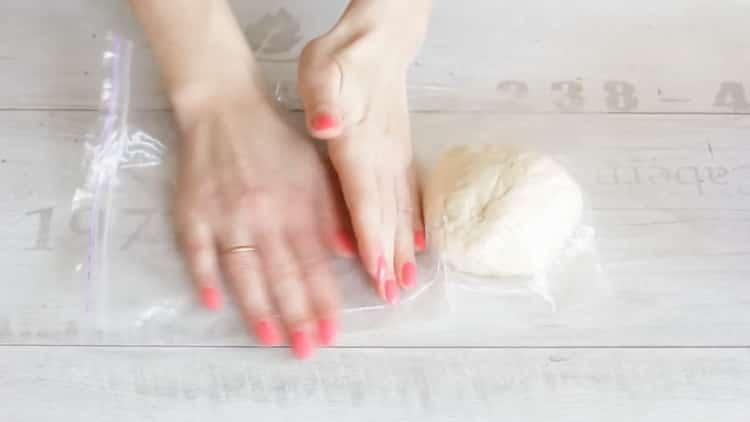 Для приготовления лапши удон положите тесто в пакет