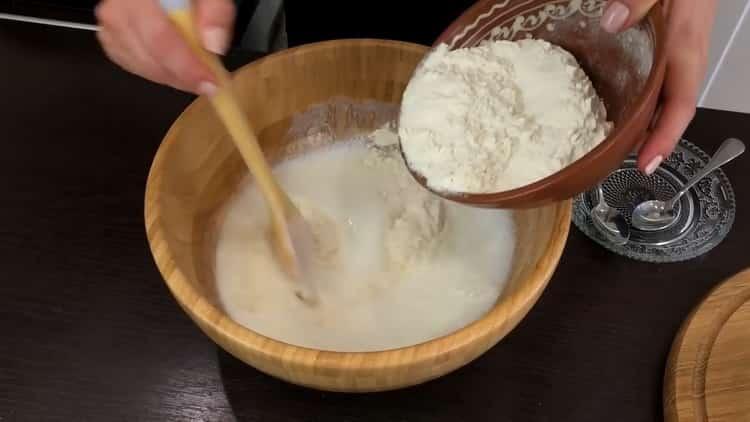 Для приготовления ленивых беляшей приготовьте тесто