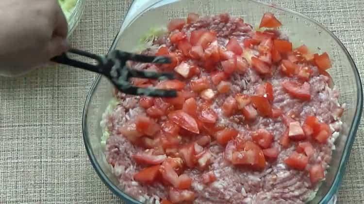 Для приготовления ленивых голубцов выложите слой помидор