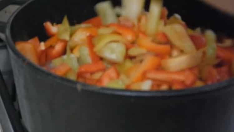 Для приготовления лечо, нарежьте перец