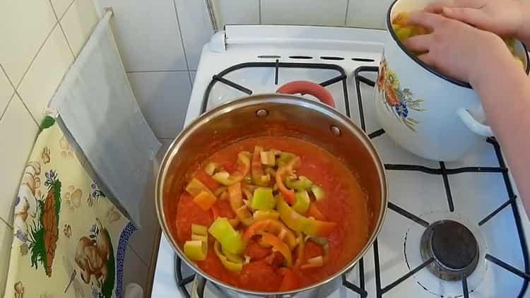 Для приготовления лечо добавьте перец в соус