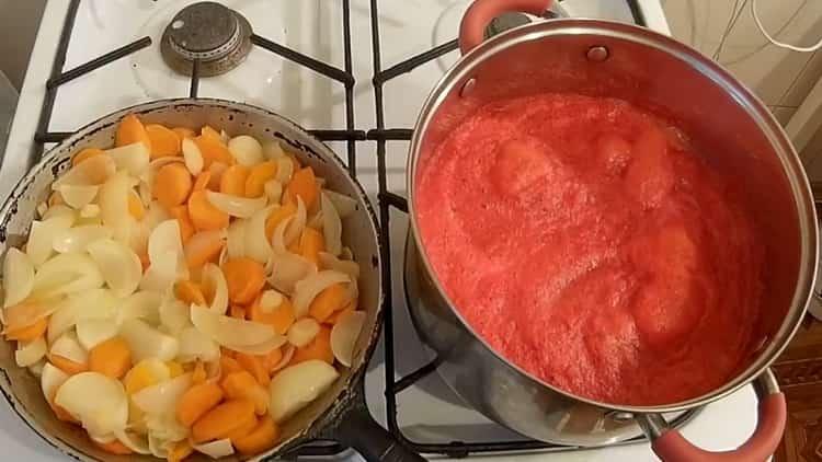 Для приготовления лечо обжарьте овощи