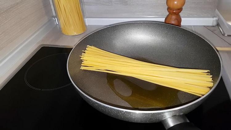 Готовим макароны с курицей на сковороде