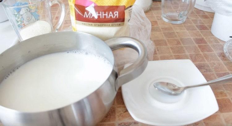 В кастрюлю наливаем молоко, добавляем воду.
