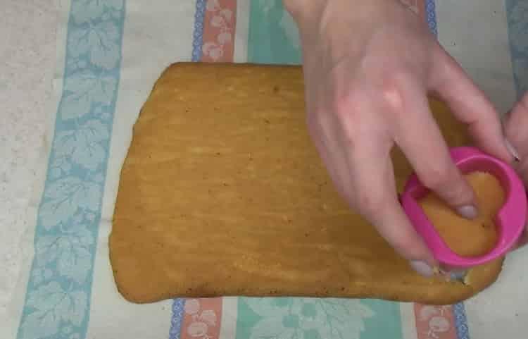 Для приготовления пирожного вырежьте сердечки