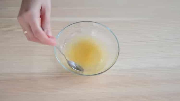 Для приготовления торта замочите желатин