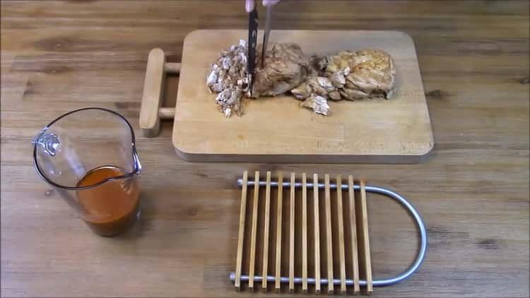 Для приготовления нарежьте мясо