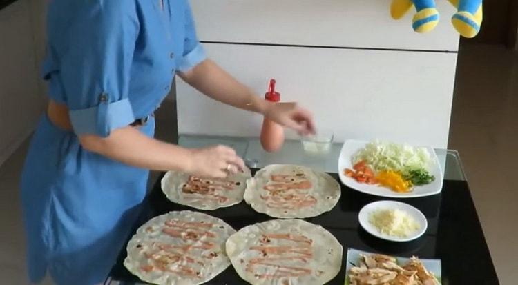 Для приготовления начинки смажьте соусом лаваш