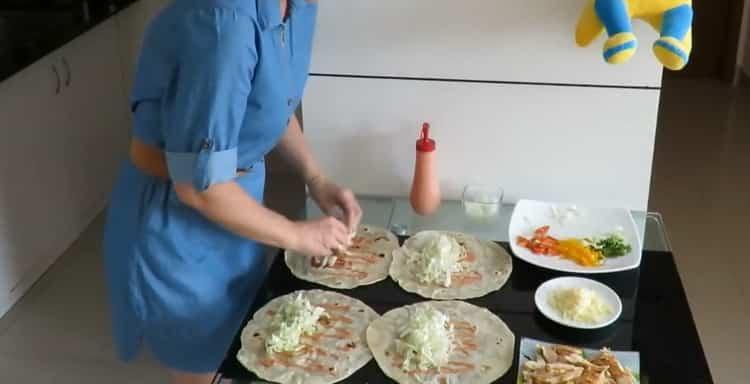 Для приготовления начинки выложите капусту на лаваш