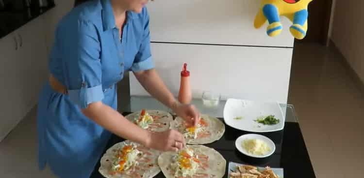 Для приготовления начинки выложите сыр на лаваш