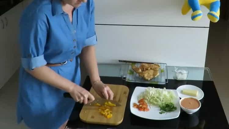 Для приготовления начинки нарежьте перец