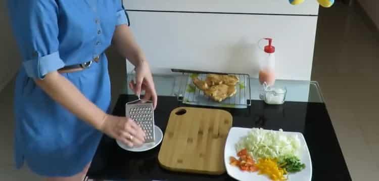 Для приготовления начинки натрите сыр