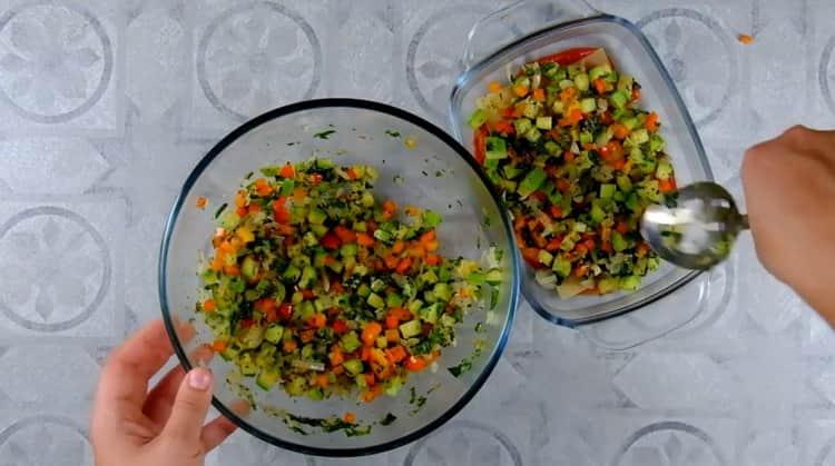 Для приготовления овощной лазаньи выложите ингредиенты слоями