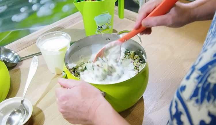 Для приготовления окрошки добавьте кефир