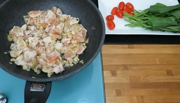 Для приготовления пасты нарежьте мясо