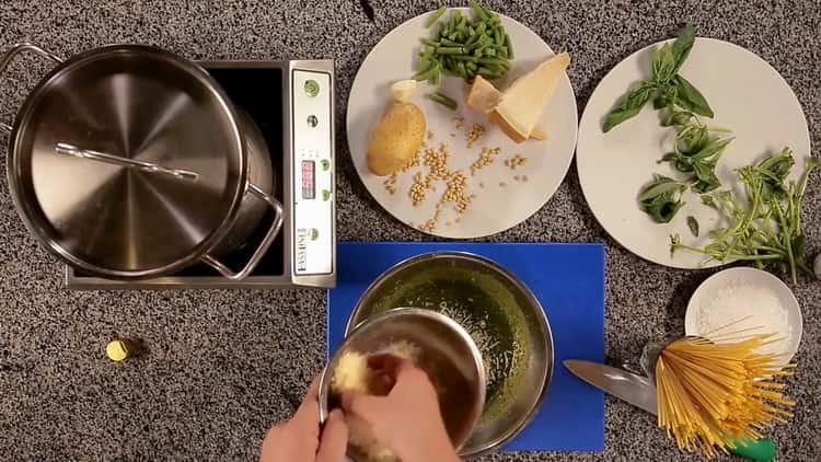 Для приготовления пасты натрите сыр