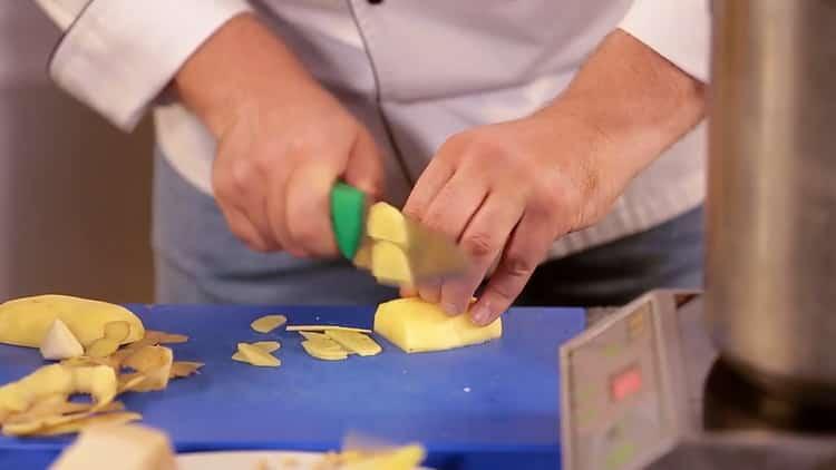 Для приготовления пасты нарежьте картофель