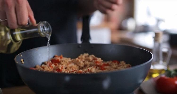 Когда вода испарится, добавляем в блюдо белое сухое вино.