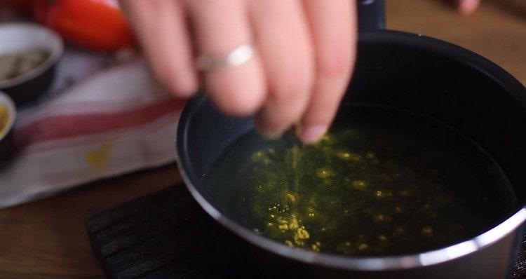 Подогреваем бульон, добавляем в него щепотку шафрана.