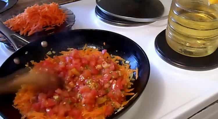 Для приготовления перца обжарьте помидоры