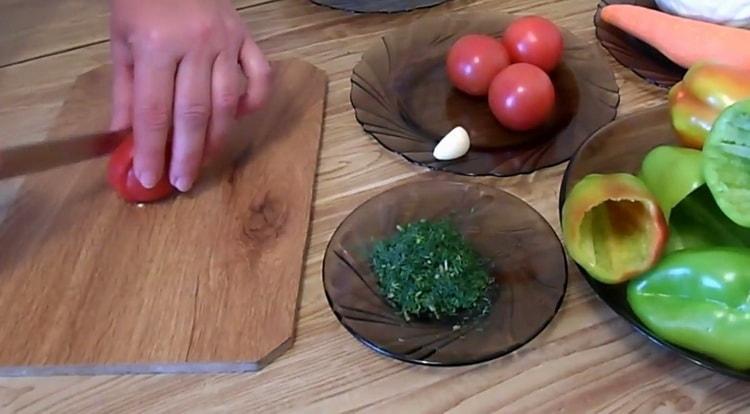 Для приготовления перца, нарежьте помидоры