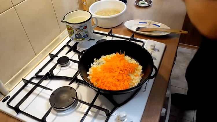 Для приготовления перловки обжарьте морковь