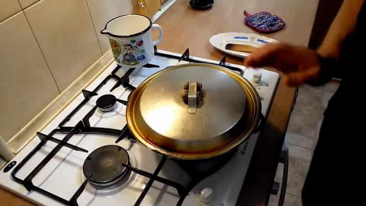 Для приготовления перловки протушите ингредиенты под крышкой