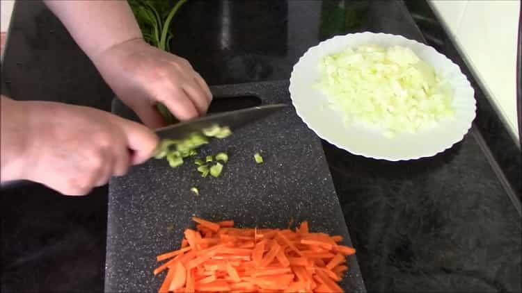 Для приготовления перловки с тушенкой нарежьте зелень