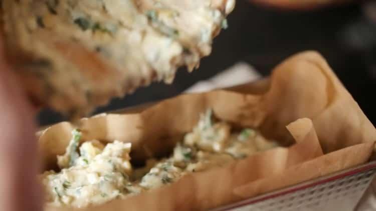 Для приготовления пирога выложите ингредиенты в форму