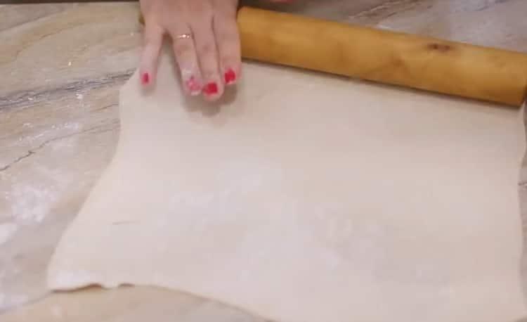 Для приготовления пирога раскатайте тесто