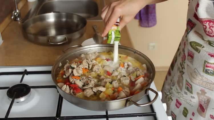 Для приготовления подливы добавьте сливки