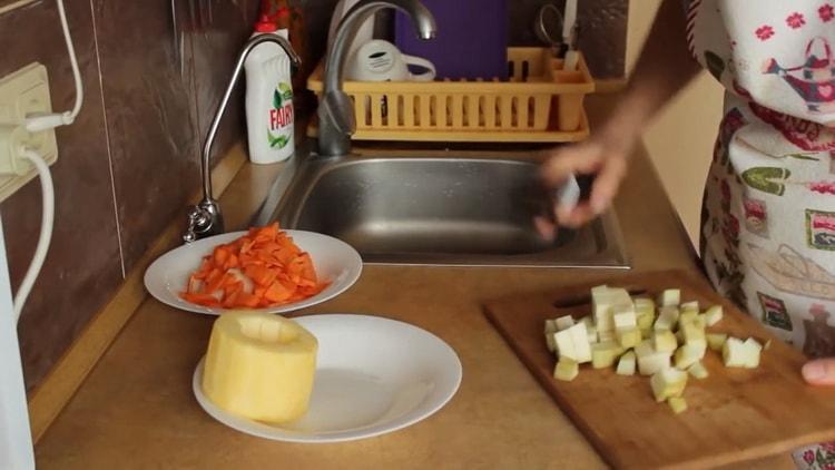 Для приготовления подливы нарежьте кабачки