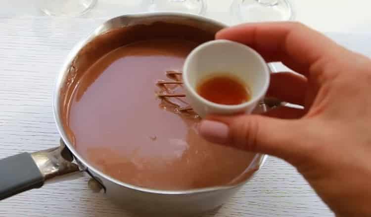 Для приготовления пудинга добавьте ваниль