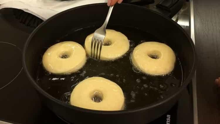 Для приготовления американских пончиков разогрейте сковородку