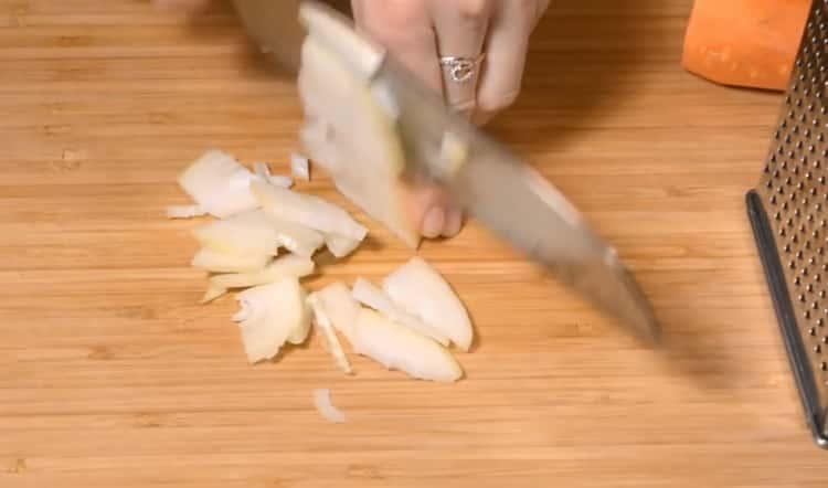 Для приготовления голубцов нарежьте лук